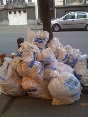 La basura se acumula en Bruselas. (Foto: María Ramírez).