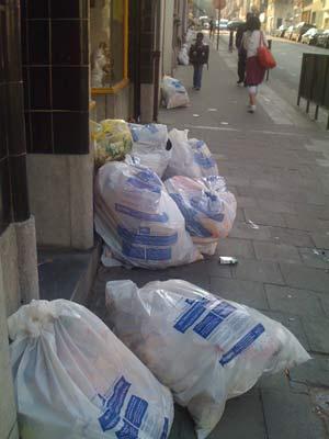Bolsas de basura tiradas en la calle. (Foto: M. Ramírez).