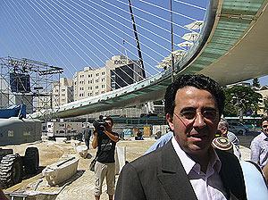El arquitecto valenciano posa ante su nuevo puente. (Foto: S.E.)