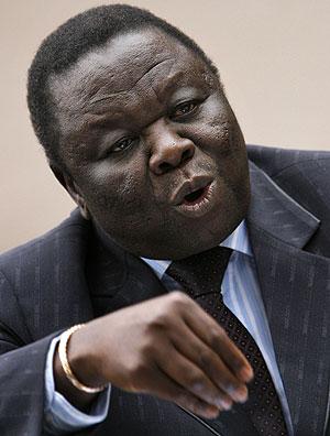 Tsvangirai, durante la rueda de prensa en su casa en la capital zimbabuense. (Foto: AFP)
