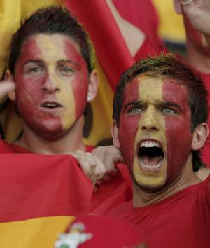 Dos aficcionados españoles, el pasado domingo en Viena (Foto: EFE)