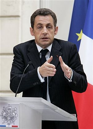 Sarkozy gesticula en el discurso de presentación de su plan. (Foto: AP)