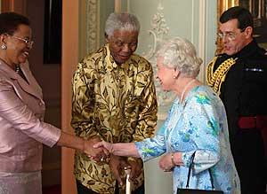 Nelson Mandela y su mujer, saludando a la Reina Isabel II. (Foto: AFP)
