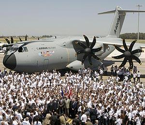 El avión militar A400M sale del hangar en la factoría sevillana de San Pablo. (Foto: EFE)