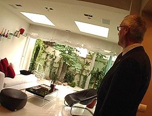 Diego Rodríguez nos enseña la parte de la casa a través de la que se comunica con el jardín.
