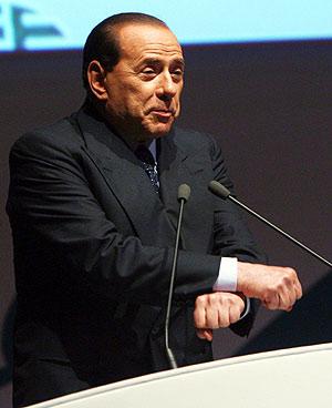 El primer ministrio italiano, Silvio Berlusconi, se burla de la Justicia en un encuentro de empresarios en Roma. (Foto: EFE)