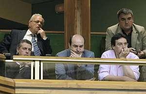 El presidente del PNV, Iñigo Urkullu (i), y Andoni Ortuzar (c) e Iñaki Gerenabarrena (d), presidentes de este partido en Vizcaya y Álava, escuchan a Ibarretxe. (Foto: EFE)