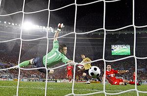 Silva convierte el tercer tanto de España ante Rusia. (Foto: EFE)