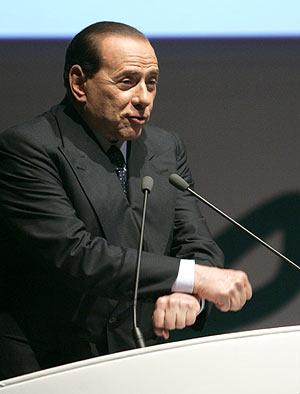 Silvio Berlusconi cruza las manos cómo si la tuviese esposadas, mientras que crítica a los jueces italianos. (AP | Riccardo de Luca)