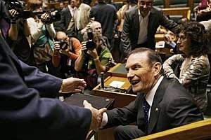 Un parlamentario felicita al lehendakari, Juan José Ibarretxe. (Foto: AP)