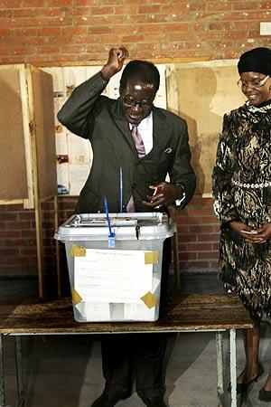 El presidente de Zimbabue, Robert Mugabe, tras votar en Harare. (Foto: AP)