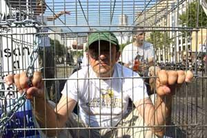 Uno de los activistas, enjaulado al principo de La Rambla. (Foto: Domènec Umbert)