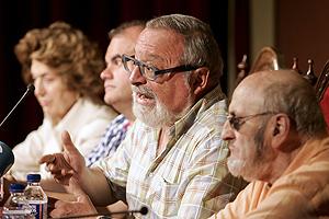 Carmen Iglesias, Carlos Martínz Gorriarán, miembro de UPyD, y los escritores Fernando Savater y Alvaro Pombo, durante la presentación del 'Manifiesto por una lengua común'. (Foto: EFE)
