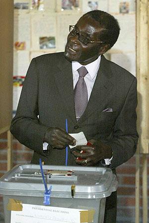 Robert Mugabe sonríe en el momento de votar. (Foto: REUTERS)