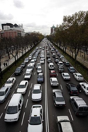 Retenciones de tráfico en Paseo de la Castellana. (Foto: Ricardo Cases)