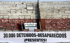 El estadio de River Plate, en Buenos Aires, con un cartel en recuerdo de los represaliados. (Foto: EFE)