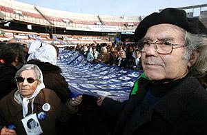 El Premio Nobel de la Paz Adolfo Pérez Esquivel acompaña a las Madres de Plaza de Mayo en la marcha desde la ESMA. (Foto: EFE)