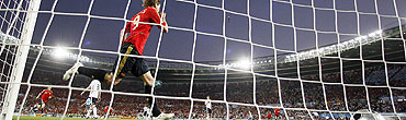 Torres celebra el gol del triunfo. (Foto: EFE)