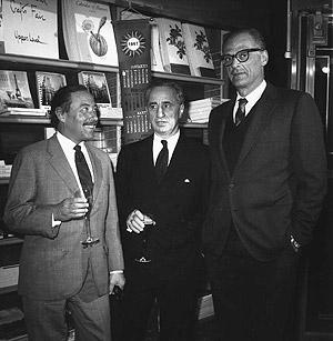 Tennesse Williams (i) junto a los escritores Elia Kazan y Arthur Miller (d) en una librería. (Foto: AP)