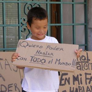 Un niño reclama poder comunicarse con todos.