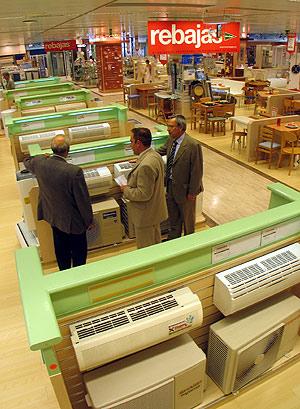 Sección de venta de aparatos de aire acondicionado de una tienda en Valencia. (Foto: Carlos Miralles)