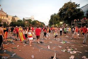 Aficionados celebran ayer en Colón la victoria con la selección. (Foto: OSCAR MONZÓN).