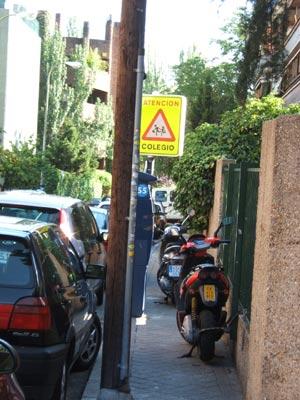 Motos aparcadas en el nº 35 de la calle Menéndez Pidal.