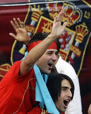 De la Red sujeta a David Villa durante la celebracion del titulo de la eurocopa en Madrid. (Reuters)