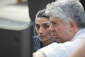 Almodóvar junto a la actriz Ängela Molina en pleno rodaje en Parla. (Foto: Óscar Monzón)