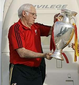 Luis Aragonés, con el trofeo de la Eurocopa. (Foto: EFE)