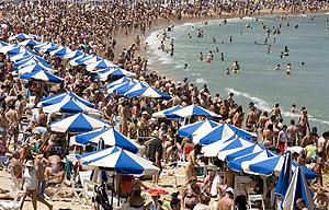 Aspecto de la playa de La Concha en San Sebastián el fin de semana pasado. (Foto: EFE)