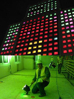 Edificio España y voluntario en la Noche en blanco. (Foto: Javier de Loma)