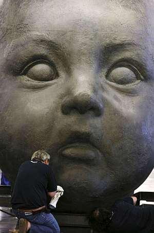 La escultura 'Día' de Antonio López, que se expone en Atocha. (Foto: EFE)