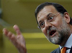 Rajoy, en un momento del discurso, se dirige a Zapatero. (Foto: EFE)