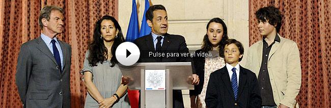 Nicolás Sarkozy, acompañado, de izq. a dcha., del canciller Bernard Kouchner y de la hermana de Ingrid Betancourt, (Astrid), el su hija Melanie, su sobrino y su hijo Lorenzo, en el Palacio del Elíseo. (Foto: EFE)