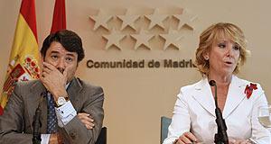 Aguirre e Ignacio González en la rueda de prensa en la que la presidenta madrileña explicó los cambios en su Gobierno. (Foto: Ángel Díaz)