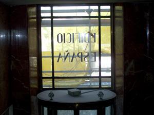La entrada central del edificio desde el hall principal. (FOTOS: J.F. L.)