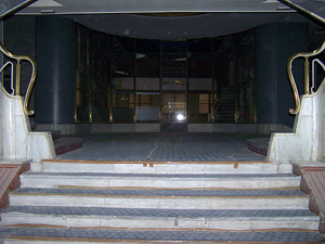 Escalitanas y barandillas doradas localizadas frente a la entrada principal.