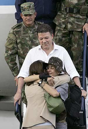 Ingrid abraza a su madre ante la mirada del ministro de Defensa y del jefe del Ejército. (Foto: AP)