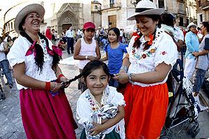 Varios inmigrantes ecuatorianos se preparan para realizar una danza en Valencia. (Foto: EFE)