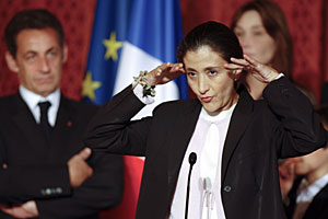 Betancourt, durante la recepción en el Eliseo. Detrás, Sarkozy y Bruni. (Foto: AP)