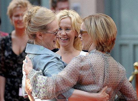 Meryl Streep recibe un abrazo de las dos mujeres de Abba. (Foto: EFE)