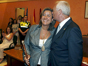 La concejala del PP Ana Kringe recibe el bastón de mando de la localidad alicantina de Dénia tras convertirse en la alcaldesa del municipio al prosperar la moción de censura presentada por la oposición. (Foto: EFE)