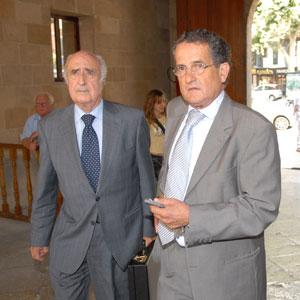 Lluc Tomàs a su llegada al juzgado acompañado de su abogado. (Foto: Pep Vicens)