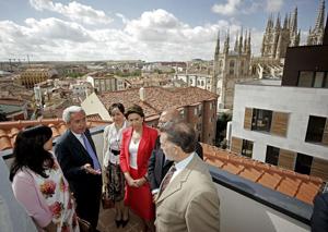 El alcalde de Burgos Juan Carlos Aparicio conversa con la ministra Montserrat Álvarez, el delegado del Gobierno Miguel Alejo y otras autoridades. (Foto: EFE)