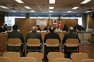 Los cuatro mandos policiales, sentados en el banquillo de los acusados, durante el juicio. (Foto: Diego Sinova)