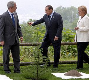 Bush, Berlusconi y Merkel, plantando un árbol durante la cumbre del G8. (Foto: EFE)