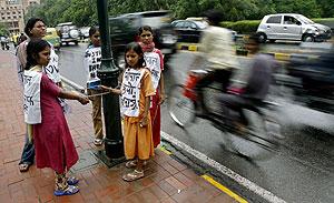 Sobrevivientes de la tragedia de Bhopal se encadenan en forma de protesta. (Foto: REUTERS)