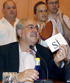 El concejal del PSPV-PSOE Juan Collado vota 'sí' a la moción de censura contra la alcaldesa socialista de la localidad alicantina de Dénia Francisca Viciano. (Foto: EFE)
