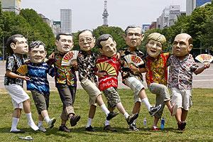 Miembros de la ONG Oxfam bailan disfrazados de los líderes del G8 durante una protesta contra la Cumbre, en Sapporo, Japón. (Foto: EFE)